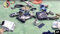 Beberapa barang pribadi milik penumpang dan sisa puing pesawat EgyptAir nomor penerbangan 804 yang jatuh ke Laut Tengah Mei lalu (foto: dok).