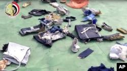 Bức ảnh được lấy từ video đăng tải hôm 21 tháng 5 năm 2016 trên trang Facebook chính thức của người phát ngôn Lực lượng Vũ trang Ai Cập cho thấy một số tư trang và các mảnh vỡ từ chuyến bay 804 của hãng hàng không EgyptAir.