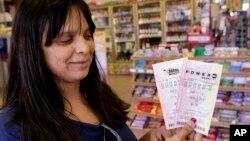Lilly Sanchez menunjukkan tiket Powerball yang akan diundi hari Sabtu 18/5 dengan hadiah 600 juta dolar. Harga tiket Powerball adalah 2 dolar AS per tiket.