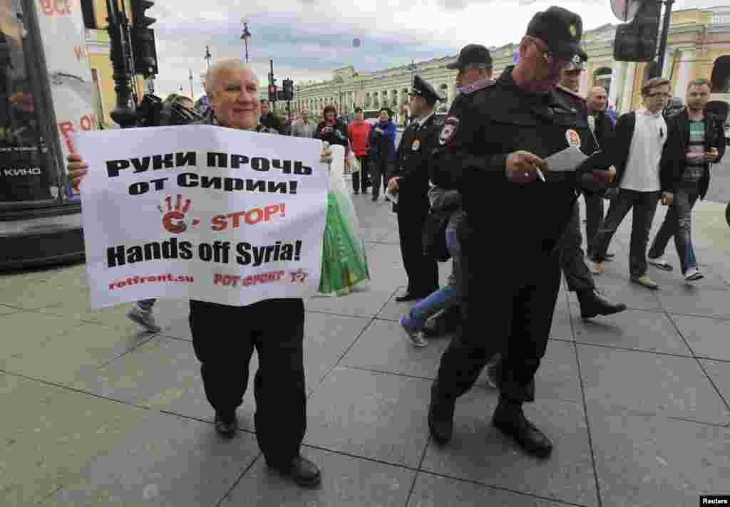 Người biểu tình cầm biểu ngữ phản đối hành động quân sự có thể xảy ra tại Syria bên ngoài Hội nghị Thượng đỉnh G20 tại St. Petersburg, Nga.