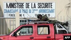 Binh sĩ Côte D'Ivore trước một đồn cảnh sát ở Abidjan