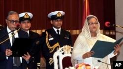 ဘဂၤလားေဒ့ရွ္သမၼတ Abdul Hamid (ဝဲ) နဲ႔ ဝန္ႀကီးခ်ဳပ္သစ္ Sheikh Hasina (ယာ) တို႔အား က်န္းသစၥာက်ိန္ဆိုပဲြမွာ ေတြ႔ရစဥ္။ (ဇန္နဝါရီ ၁၂၊ ၂၀၁၄)