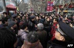 Cảnh sát kêu gọi người dân không tụ tập trước 1 rạp chiếu phim ở Thượng Hải, Trung Quốc, Chủ Nhật 20/2/2011