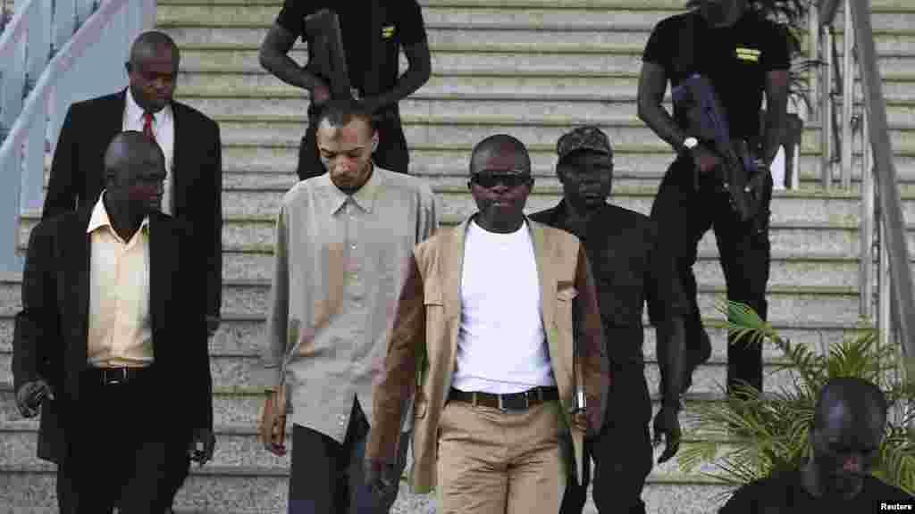 Ma'aikatan tsarone suka raka Ogwuche Aminu, mutumin da ake zargi da shirya kai harin wani bom a mota, Nuwamba 24, 2014.