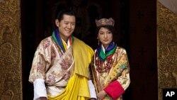 ກະສັດ Jigme Khesar Namgyal Wangchuck ແລະພະລາຊິນີ Jetsun Pema ແຫ່ງພູຖານ ທີ່ຊົງເຂົ້າພິທີອະພິເສກສົມລົດ ໃນອາທິດຜ່ານມາ, ວັນທີ 13 ຕຸລາ 2011.