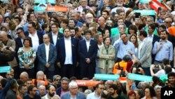 Глава Каталонии Карлос Пучдемон (второй ряд в центре)