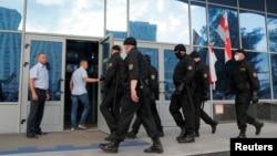 Белорусские правоохранители входят в здание Белорусской национальной государственной телерадиокомпании