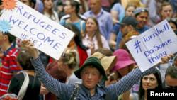 """Un jeune australien tient une pancarte """"Les réfugiés sont les bienvenus"""" à Sydney, Australie, le 14 octobre 2016."""