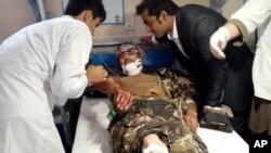 Tim medis merawat salah seorang korban luka-luka dalam serangan bom bunuh diri di provinsi Faryab, Afghanistan utara, Rabu (22/7).