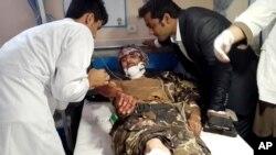 22일 아프가니스탄 카불 북부 파리압 지역에서 발생한 자살폭탄 공격으로 부상당한 남성이 병원으로 이송되어 치료를 받고 있다.