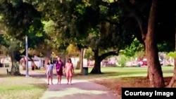 圖為加州洛杉磯某公園內散步的中國孕婦。(照片由讀者提供)