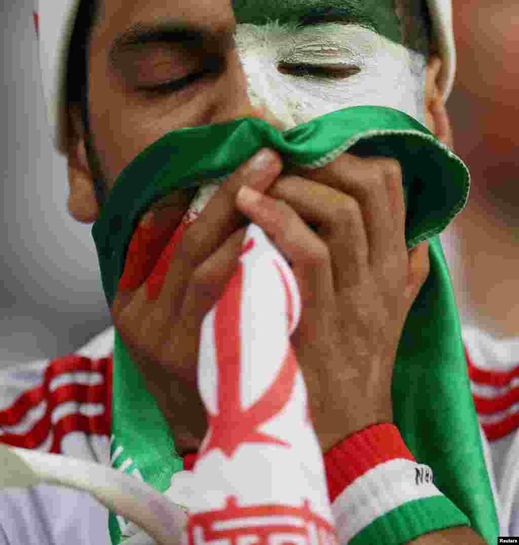 Irão vs Portugal - fã chora após derrota do Irão a 25 de Junho