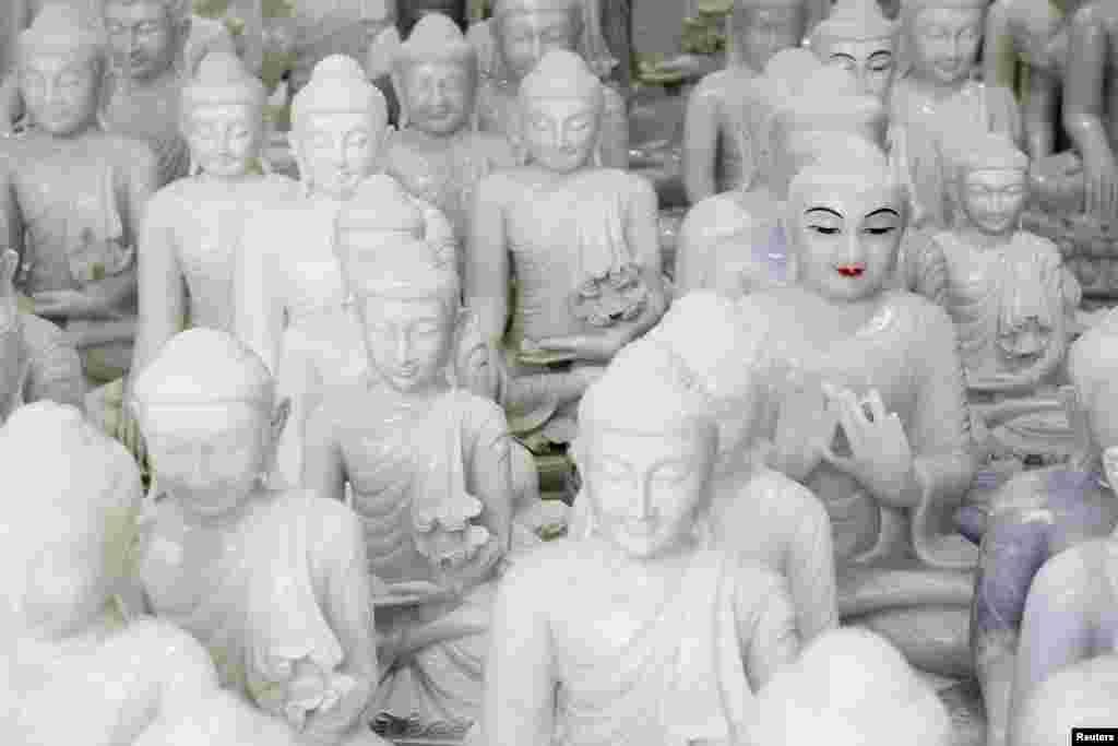 میانمار کے اس گاؤں میں تیار کیے جانے والے یہ مجسمے فروخت کے لیے دکانوں میں رکھے جاتے ہیں۔ یہ لوگوں کی آمدنی کا بھی بڑا ذریعہ ہے۔