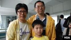 香港市民王先生與太太及8歲兒子參與佔中商討日三投票