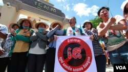 Pro-democracy group united to campaign against the NGO draft law in front of National Assembly, June 30, 2015. (Nov Povleakhena/VOA Khmer)