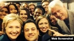 Mantan Menteri Luar Negeri AS Hillary Clinton berfoto selfie bersama suaminya, Bill, putrinya Chelsea dan komedian Jimmy Kimmel (kedua dari kiri).