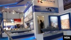 """去年8月莫斯科航展上的俄印""""博拉莫斯""""合資企業展台""""。(美國之音白樺攝)"""