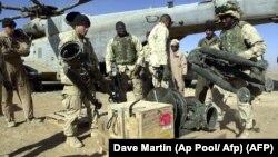 افغانستان میں دہشت گردوں کے خلاف کارروائی کے لیے میرین ہیلی کاپٹر میں ہتھیار رکھ رہے ہیں۔ فائل فوٹو