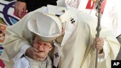 Đức Giáo Hoàng hôn một một em bé trên đường đến cử hành Thánh lễ tại thành phố Mexico, ngày 13/2/2016.
