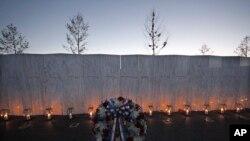 40 ngọn đèn được đặt tại bức tường khắc tên 40 hành khách và phi hành đoàn của chuyến bay số 93 ở Shanksville, Pennsylvania.