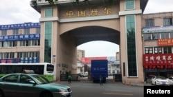 一辆挂朝鲜牌照的卡车开进中国辽宁丹东市的一个院落,院子里停着装满货物的卡车准备通过友谊桥前往朝鲜。(2018年6月12日)