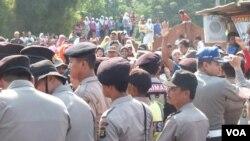 Para jemaat gereja HKBP Filadepfia di Bekasi, dihadang massa saat akan beribadah, 27 Mei 2012 (VOA/Andylala). Jemaah kembali diserang saat akan melaksanakan misa Natal di gereja mereka (24/12).