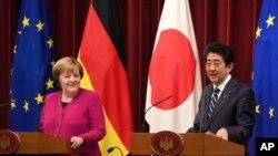 Kanselir Jerman Angela Merkel (kiri) dan Perdana Menteri Jepang Shinzo Abe (kanan) menghadiri konferensi pers bersama setelah pertemuan puncak mereka di kediaman resmi Abe di Tokyo, Senin, 4 Februari 2019.