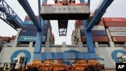 來自中國的集裝箱貨輪在波士頓港口卸貨。(資料圖片)