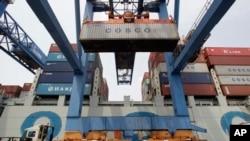 Tàu Trung Quốc đưa hàng xuống bến cảng ở Mỹ.