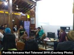Peneliti Remotivi, Firman Imadudin (kiri), mengatakan media mengikuti logika pasar sehingga memproduksi konten yang condong menyenangkan kelompok mayoritas, Sabtu, 17 November 2018. (Foto: Panitia Hari Toleransi 2018)