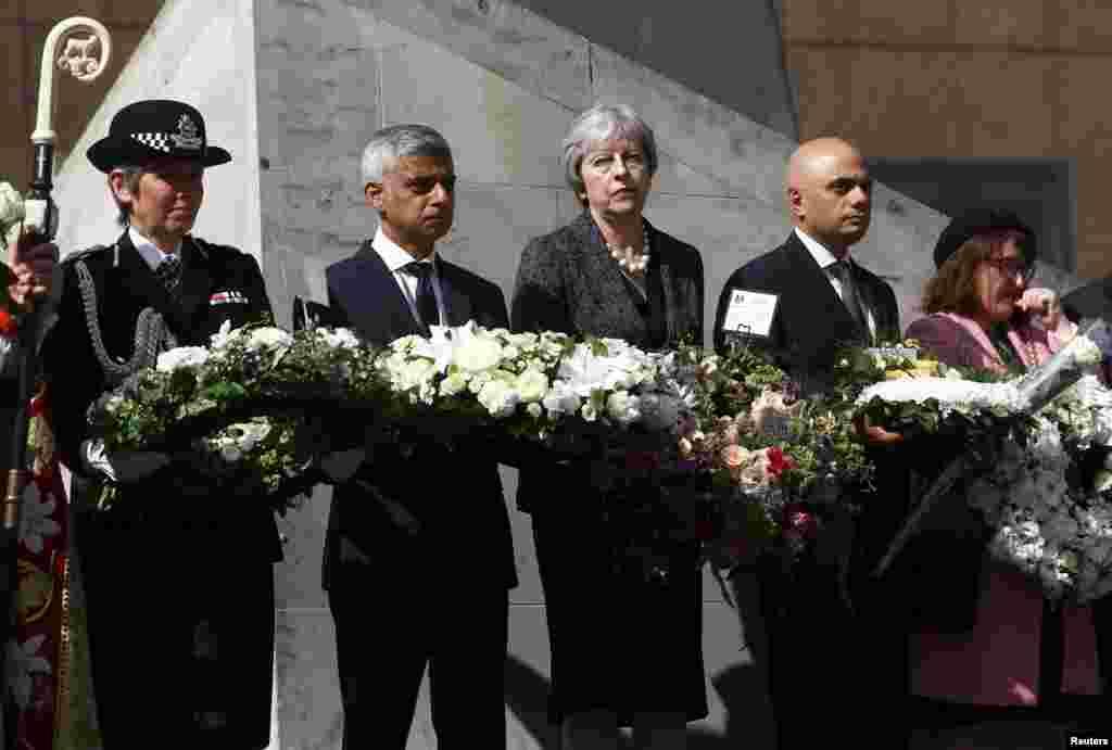 លោកស្រី Theresa May នាយករដ្ឋមន្ត្រីអង់គ្លេស លោក Sadiq Khan អភិបាលក្រុងឡុងដ៍ លោកស្រី Cressida Dick សង្នការប៉ូលិស Metropolitan និងលោក Sajid Javid រដ្ឋមន្ត្រីក្រសួងមាតុភូមិកាន់កម្រងផ្កានៅក្នុងពេលប្រារព្ធខួប១ឆ្នាំនៃការវាយប្រហារលើស្ពាន London Bridge ក្នុងក្រុងឡុងដ៍។