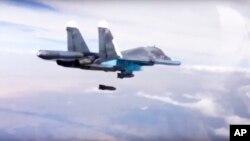 Pesawat pembom Rusia Su-34 menjatuhkan bom di atas kawasan Suriah (foto: dok).
