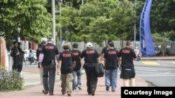 """Simpatizantes del presidente de Nicaragua, Daniel Ortega, usan camisetas con la palabras """"plomo"""", la fórmula con la que el mandatario ha dicho lidiará con quienes intenten afectar su gobierno. Cortesía/Diario La Prensa"""
