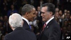 Tổng thống Obama và ứng cử viên tổng thống của đảng Cộng hòa Mitt Romney bắt tay trước cuộc tranh luận tổng thống lần thứ ba tại Đại học Lynn, Florida, ngày 22/10/2012