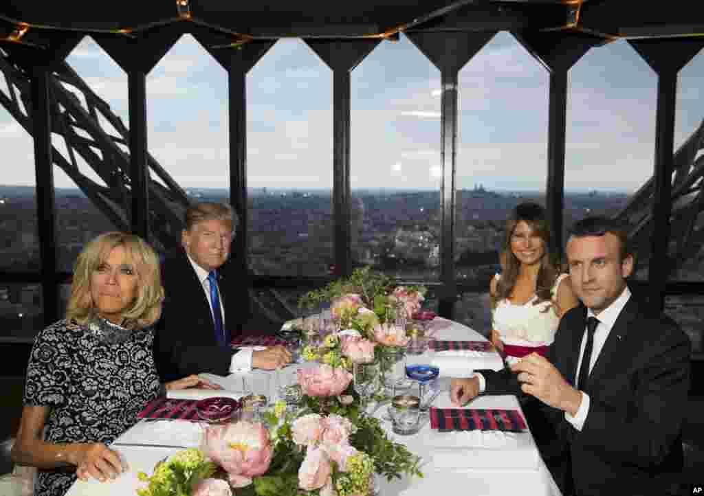 ប្រធានាធិបតី ដូណាល់ ត្រាំ និងស្ត្រីទីមួយMelania Trump, ប្រធានាធិបតីបារាំងEmmanuel Macron និងភរិយារបស់លោក លោកស្រីBrigitte Macron កំពុងអង្គុយទទួលទានអាហារពេលល្ងាចនៅភោជនីយដ្ឋានJules Verne នៅលើប៉មEiffel ក្នុងទីក្រុងប៉ារីស។