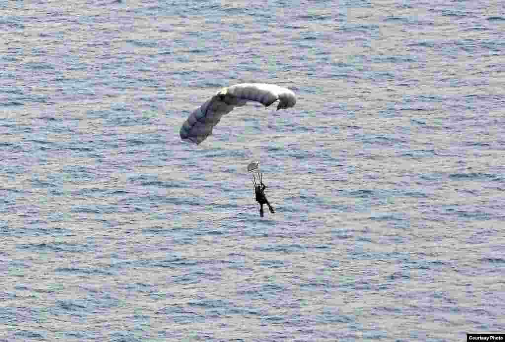 美国空军救援人员跳伞即将入海(美国空军提供)