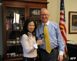 记者与麦基翁众议员