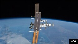 Gambar stasiun antariksa internasional diambil dari pesawat Atlantis (19/7). Dua kosmonot Rusia melakukan kegiatan di luar stasiun antariksa untuk memasang beberapa peralatan, termasuk meluncurkan satelit komunikasi radio bagi pendidikan.