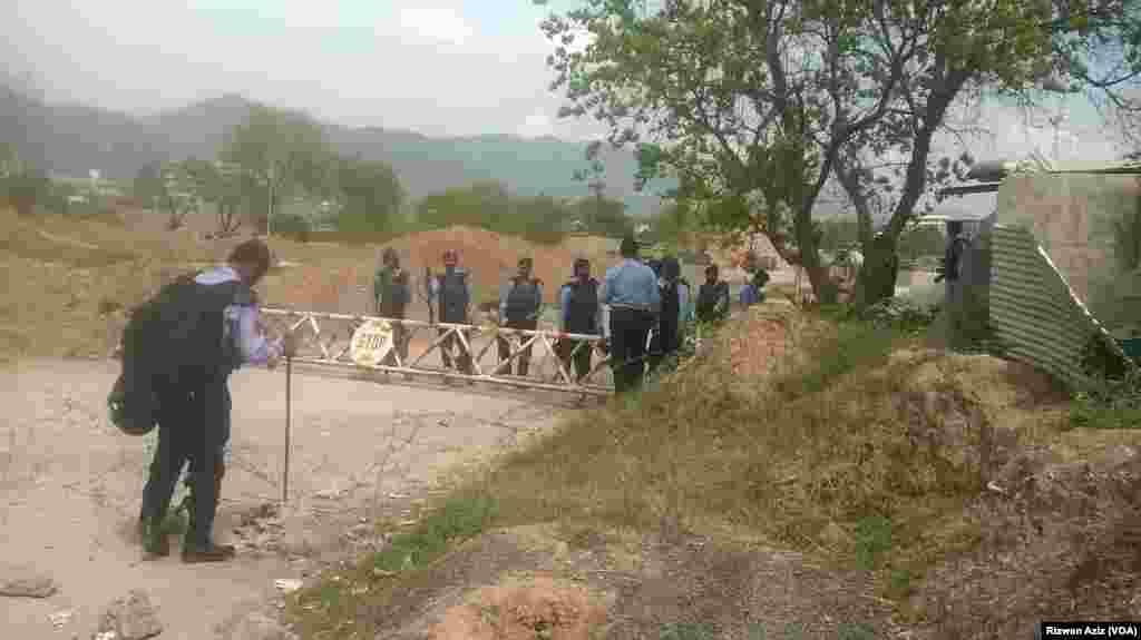پولیس اہلکار کسی بھی ہنگامی حالت سے نمٹنے کے لیے تیار ہیں۔