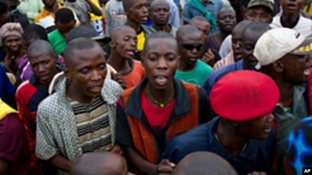 Supporters of incumbent Joseph Kabila gather in front of the provincial National Union for the Congo Federalists (UNAFEC ) in the district of Lubumbashi,  December 10, 2011.