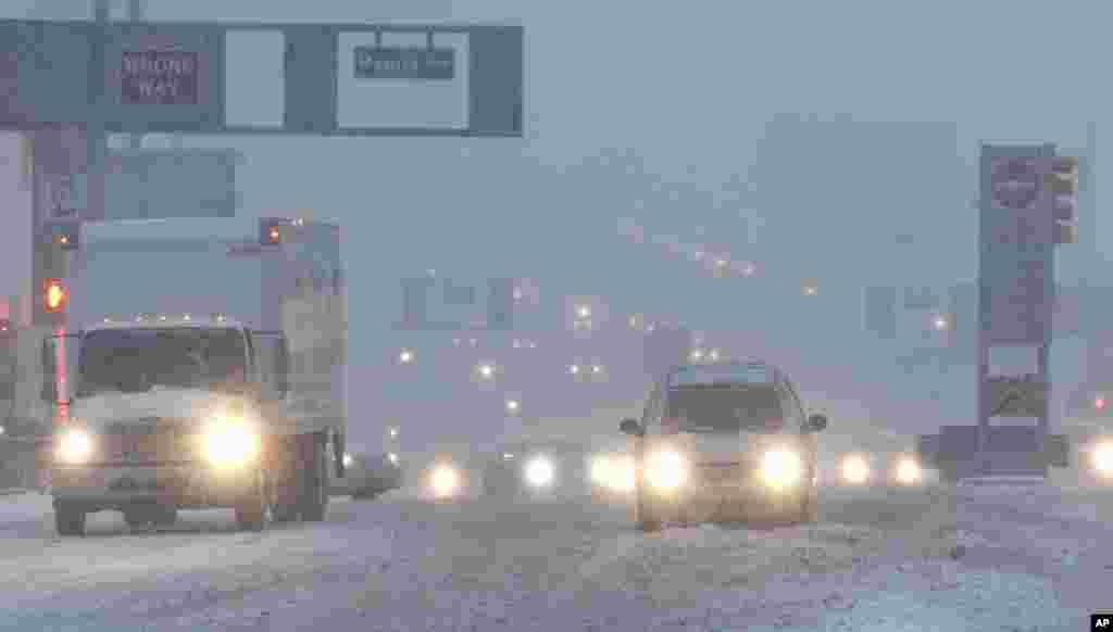 برفانی طوفان کے باعث ٹریفک کی روانی بھی متاثر ہوئی ہے۔