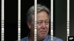 2013年6月25日,美国佛罗里达州专用医疗用品公司共同业主斯塔恩斯从窗外眺望。因工资纠纷,他被愤怒的北京怀柔分厂工人扣为人质。