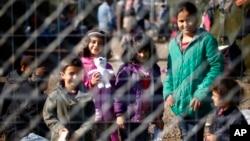 Arhiva - Migranti iza žice u privremenom smeštaju u blizini granice Srbije i Mađarske u mestu Roške, Mađarska.