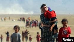 Orang-orang Yazidi, melarikan diri dari kekerasan dari pasukan yang setia kepada ISIS di kota Sinjar, berjalan menuju perbatasan Suriah di pinggiran gunung Sinjar dekat perbatasan Suriah. (Foto: Reuters)