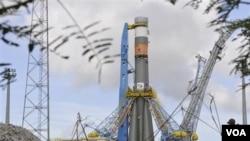 Roket Soyuz saat akan diluncurkan untuk pertama kali dari luar Rusia, yaitu dari pusat antariksa Kourou di Guyana Prancis (21/10). Soyuz membawa dua satelit navigasi Galileo bagi Eropa.