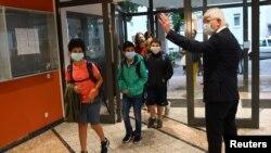 Đaci se vraćaju u škole posle letnjeg raspusta u srednjoj školi Karl-Rebajn u Nemačkoj, 17. avgusta 2020.