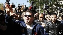 一群土耳其軍人在首都安卡拉抗議庫爾德反政府武裝打死26名土耳其軍人。