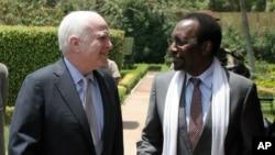 John McCain (à g.) s'entretient avec le président intérimaire malien Dioncounda Traoré à Bamako (2 avril 2013)