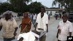 索马里一名平民被路边炸弹炸伤(2011年11月22号资料照)