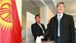 المازبک اتامبایف، نخست وزیر پیشین رای خود را در صندوق می اندازد. بیشکک، قرقیزستان ۳۰ اکتبر ۲۰۱۱